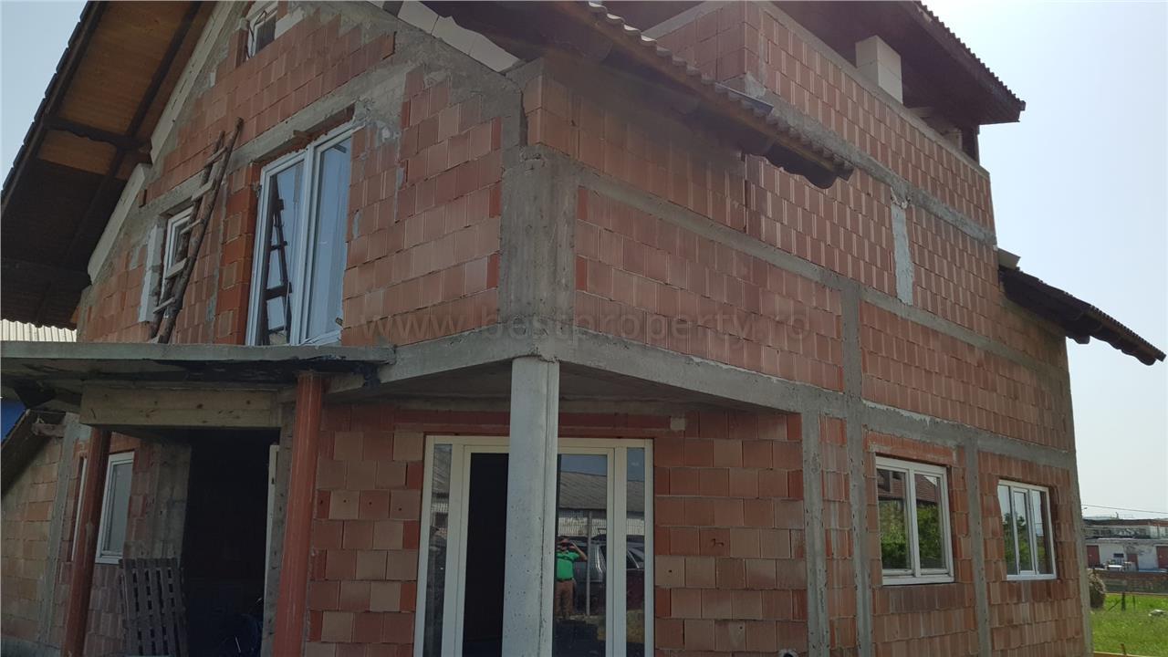 Casa la rosu de vanzare in zona intrare Sura Mare